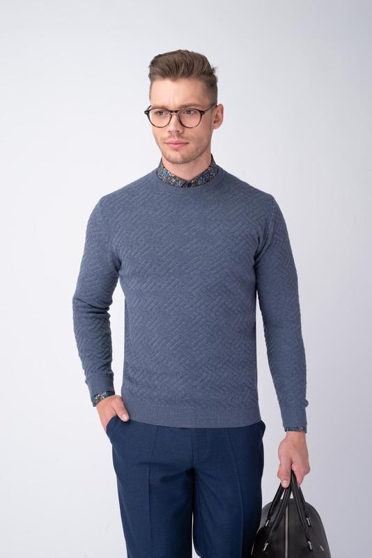 Svetlo modrý sveter S geometrickým vzorom