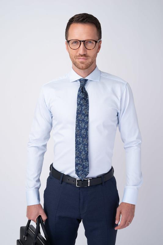 Svetlo modrá košeľa S geometrickým vzorom