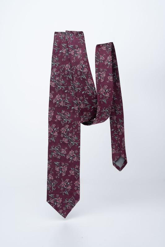 Vínová kravata S kvetinovým vzorom