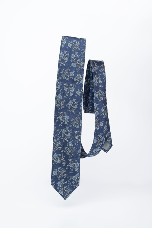 Modrá kravata S kvetinovým vzorom