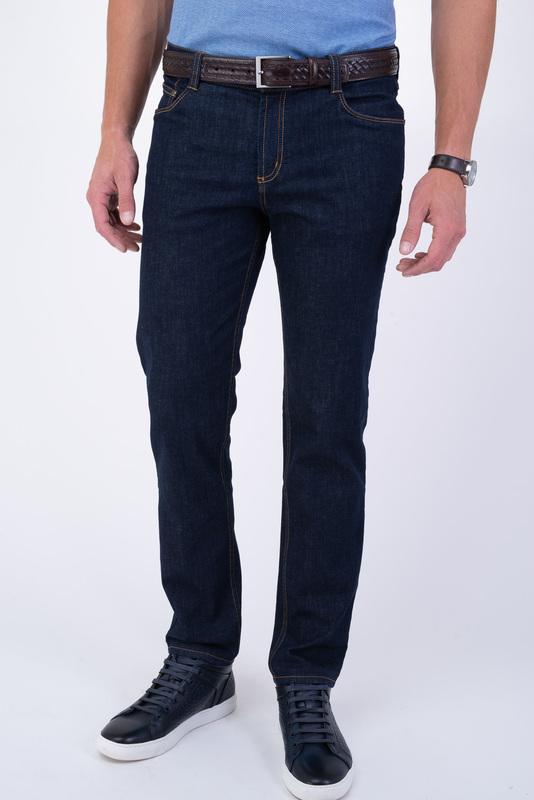 Tmavé jeansy S kontrastným prešívaním